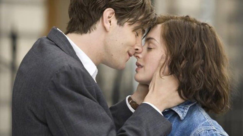 Женщина в среднем целует около 80 мужчин, перед тем как вступить в законные отношения. Существует и болезнь, которая передаётся через поцелуи - это инфекционный мононуклеоз.