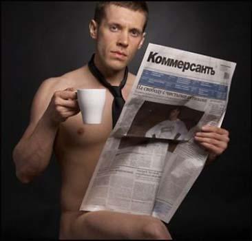 мужчина в галстуке с газетой в руках и чашкой