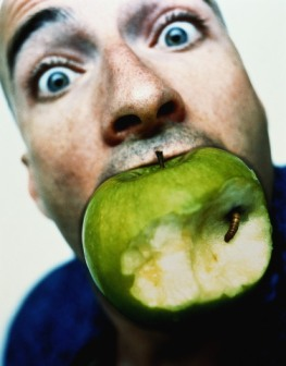человек с яблоком, мужчина, надкусаное яблоко