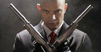 мужчина с пистолетами