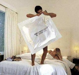 мужчина с презервативом