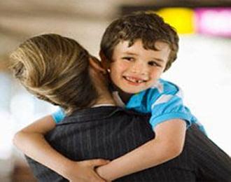 мальчик на руках у мамы
