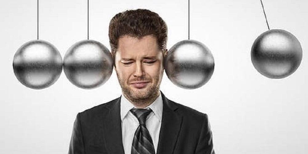 Пограничной формой психопатологии считается невроз, который проявляется в постоянном переживании состояния тревоги, всевозможных страхах и опасениях, раздражительности, негативном восприятии окружающих. Кроме этого при неврозе начинают происходить определённые изменения вегетативной нервной системы, нарушается работа желудочно-кишечного тракта, сердечно-сосудистой системы, возникает состояние паники. Проблему неврозов изучал П. Жане.