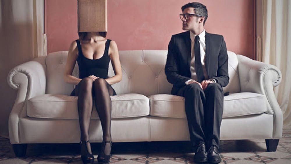 Уже ни для кого не секрет, что детский поведенческий стереотип является причиной формирования поведения жертвы. Подобное происходит по причине того, что каждый человек в силу особенностей строения мозга и психики может или думать, или переживать. Одновременно функции рацио и эмоцио в нашем сознании не работают.